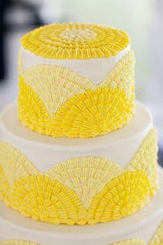 Pastel decorado con tonos amarrillos