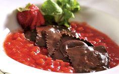 Ravioli de chocolate recheado com chocolate branco e coulis de morango