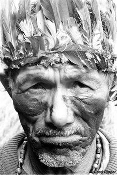 """Pistoleros contratados por los ganaderos o los propietarios de las plantaciones de caña de azúcar que ocupan las tierras de los guaraníes asesinan con regularidad a los líderes de este pueblo indígena. """"Esto que ves aquí es mi vida, mi alma. Si me separas de esta tierra, me quitas la vida"""", dijo el líder Marcos Veron poco antes de que lo mataran tras un nuevo intento de """"retomada""""."""