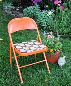Metal Folding Chair Makeover Tutorial. Amazing what some spray paint and fabric can do to an old, rusty chair!