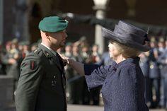 Koningin Beatrix geeft Marco Kroon de ridderslag. (foto: ministerie van Defensie)