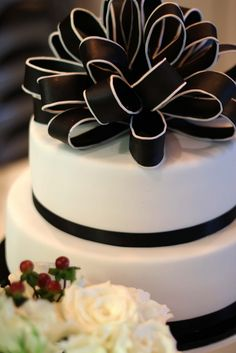 Edged loopy bow. Wedding cake