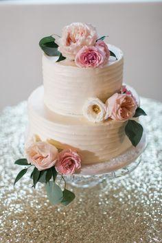 White cake decorated with flowers: http://www.stylemepretty.com/2014/10/15/vintage-blush-and-gold-arizona-wedding/ | Photography: Rachel Solomon - http://www.rachel-solomon.com/
