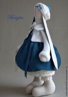 Зайка++Brigita.+Зайка++Brigita+-+текстильная+игрушка,+сшитая+из+100+%+плотного++хлопка+.++Лапки+двигаются.+Уверенно+стоит+и+сидит.++Платье+сшито+из+очень+нежной+ткани+(смесь+шелка+и+хлопка)+необычного+синего+цвета+.+Нижняя+юбка+ванильного…