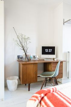 Pimpelwit : wooden cabinet - Eames chair - wool blanket -★- work place