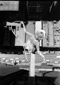 Acrobats over Chicago, 1955 via Retronaut vintag, jump rope, art, 1955, white, ropes, chicago, black, photographi