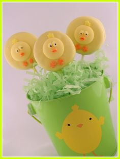 Celebrate Easter or Spring with these baby chick Oreo pops.