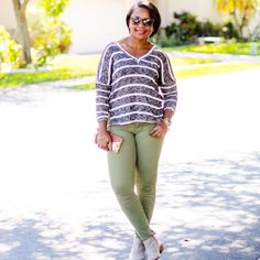 how to wear olive skinny jeans? stripe sweater and olive skinnies