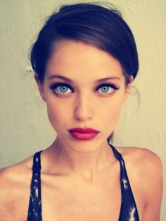 blue eyes, red lips