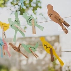 Rustic wedding with DIY details. Look at these lovely birds escorts cards! (in French)