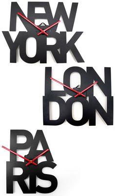 """Goodwin + Goodwin . A linha """"Typographic City Clocks"""" por enquanto só tem Nova Iorque, Londres e Paris, mas já é um começo. São tão legais que dá vontade de ter um mesmo que você não trabalhe no mercado financeiro, aeroportos, multinacionais, hotéis ou qualquer outra área que precise ficar por dentro de fusos horários. Os formatos variam e o maior é o de New York com 35 x 26 cm. Feitos em chapa de aço, funcionam com pilhas AA e custam 54,95 libras cada"""
