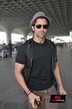 Hrithik & Esha Gupta Snapped At International Airport