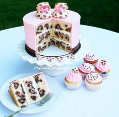 OMG this is so cool! Leopard print on the INSIDE of the cake ... pretty awesome!