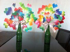 Corações de origami armada com fios e dispostas em garrafas de cerveja.