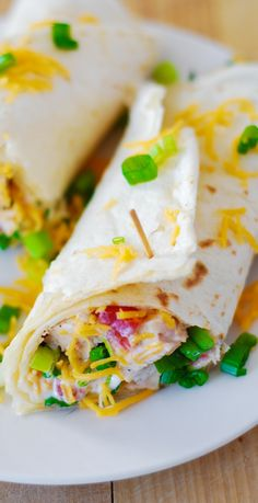 Healthy Mexican chicken wraps with spinach (or lettuce), green onions, tomatoes, red bell pepper. In a creamy Greek yogurt based dressing, spiced up with the taco seasoning.