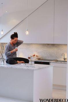 white, marble + simple hanging bulbs | Wonder Deco