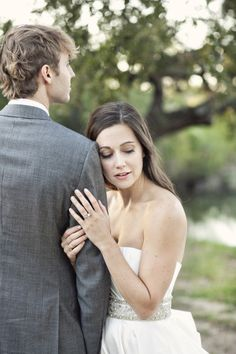 Such a great wedding couple pose | from Style Me Pretty