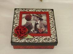 Caixa em scrap decor com pintura, decoupagem, aplicação de carimbos e tag de flor. Caixa multiuso com 4 divisórias podendo ser utilizada como porta bijoux, porta relógios, entre outras opções.  Fazemos a caixa personalizada, com a sua foto preferida... R$ 25,00