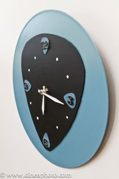 Old vinyl records and guitar pics made into an awesome clock! Sweet...