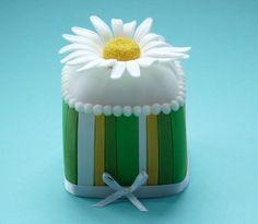 mini daisy cake