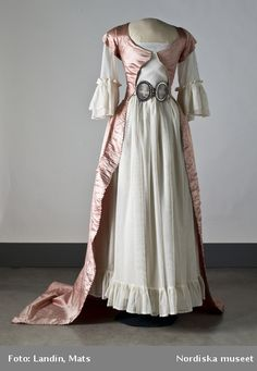 Swedish dress, ca. 1780. I like this one for its unusual belt-and because I have mostly English and American dresses from this period on this board, so the contrast is unique.