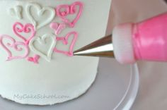 My Cake School - 100 hearts cake.  Variety of hearts randomly piped all over cake - tips 3, 4, and 16 - or whatever tips you can use to make hearts. Tutori, Cake Heart Decorations, Frosting Heart Tip, Cake Tips, Heart Cake, Cake Decor, Ador Heart, 100 Heart