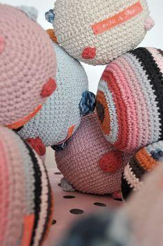 Crocheted balls. Pelotas tejidas a crochet, rayadas y con pompones. ¡Tienen sonido!