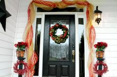 These holiday door decorations from @Thinking Outside The Sandbox: Family are #fabulouslyfestive and perfect if you're on a budget!