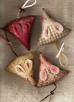 Little Mouse Pincushion - Pattern.  Oh my goodness, these are adorable! mini mouse, mice, sew, idea, craft, patterns, pincushions, pin cushion, christma