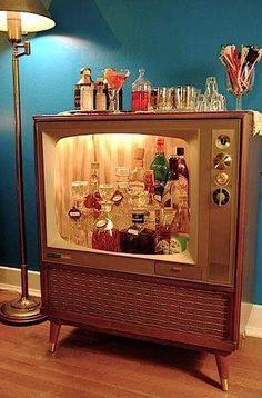 TV antiga vira bar-retrô.