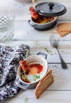 """Receta 460: Huevos en cazuelitas con salsa de tomate y bacon » 1080 Fotos de cocina  - proyecto basado en el libro """"1080 recetas de cocina"""", de Simone Ortega. http://www.alianzaeditorial.es/minisites/1080/index.html"""