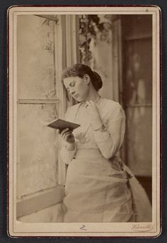 Citation: Maria Oakey Dewing reading, between 1875 and 1885? / Fratelli Vianelli (Firm), photographer. Thomas Wilmer Dewing and Dewing famil...