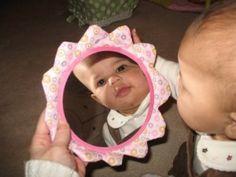 Jugar con un espejo. At Play with Baby: I am Special