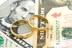 Wondering who to tip (and how much!) at your wedding? Click thru for a tipping lesson!
