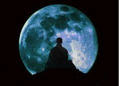 Meditación,frente a la luna.
