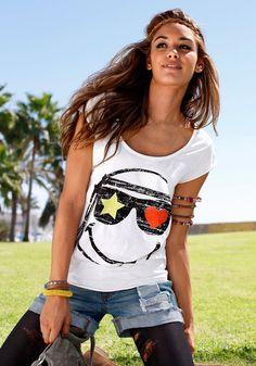 Klassisches Shirt mit spezieller Rückenlösung Hochwertige Jerseyware liegt angenehm auf der Haut Schmeichelt der Figur durch den lockeren Sitz Ein Must-Have für die Festival Saison Vorne mit kultigem Smiley Druck