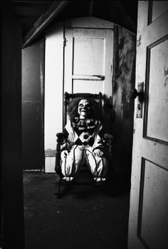 Omg could you imagine opening your bedroom door and seeing this =/ so creepy