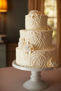 cute White Icing work on this Wedding Cake