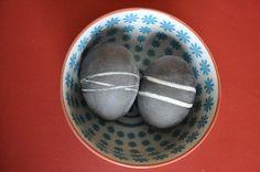 Ostereier färben: Gummiband um die heißen Eier vor dem Färben wickeln