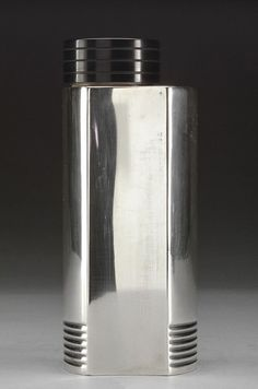 Silver plated art deco cocktail shaker with a bakelite lid by Folke Arström for GAB (Guldsmedsaktiebolaget), 1930s Sweden