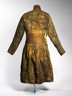 Back view  - Caftan sewn from a lampas-woven textile, silk with gilded lamella of animal substrate  Eastern Islamic world or China; 1st half of 14th century  H: 130; W. incl. both sleeves: 195 cm