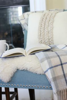 Simple Fall Décor: Inexpensive Additions create a warm, fall feel. Plaid blanket and rope pillow are both from HomeGoods. #sponsored #homegoodshappy