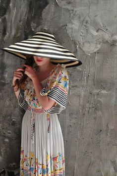 Philip Treacy black and white striped hat (and that dress!). fashion, style, dress, black white, striped hat, philip treacy, philip treaci, sun hats, stripe hat