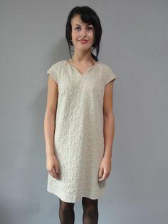 Hoss intropia jurkje in crème kleur. Over het gehele jurkje zit een motief. Aan de zijkant zitten zakken. Het jurkje is gevoerd.