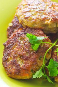 Fiskefrikadeller med kartofler, kål og agurkerelish (recipe in Danish)