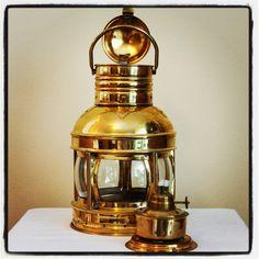 Mosiężna lampa żeglarska, marynistyczna lampa nawigacyjna, dawna naftowa lampa żeglarska - dawniej wskazywały drogę do portu, oświetlały burty żaglowców, ostrzegały przed niebezpieczeństwami, dzisiaj doskonały element morskiego wystroju wnętrz, dekoracje marynistyczne, przedmioty w morskim stylu, stylowe upominki żeglarskie, prezent dla Żeglarza, stylowe naftowe lampy okrętowe jako podstawowe elementy morskiego wystrój wnętrz i nietypowe prezenty, sklep marynistyczny http://sklep.marynistyka.org http://sklep.marynistyka.pl http://marynistyka.eu