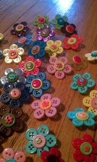 Girl Scout SWAPS | Flower-button pins for Girl Scout SWAPs.... I'll never be too old for the treasures of a good swap party.:) girl scout swap, button flowers, hair clips, flower pins, kid projects, girl scout crafts, hair bows, safety pins, mothers day crafts
