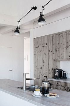 Greyish wood in the kitchen//