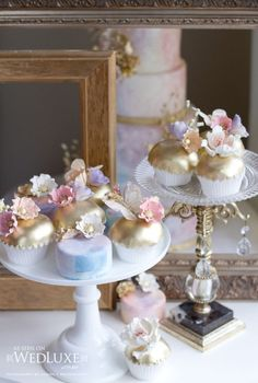 I am in ♥ with the details of these luxe cupcakes!!