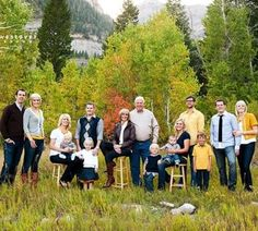 big family photo shoot ideas | photography ideas / color matching for large family photo shoot